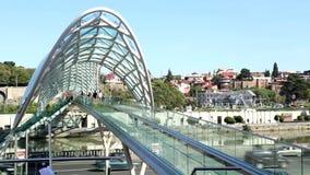 Οι άνθρωποι περπατούν στη γέφυρα γυαλιού της ειρήνης στο Tbilisi απόθεμα βίντεο