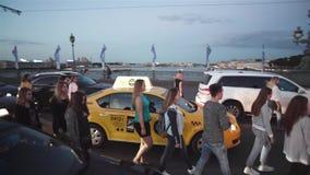 Οι άνθρωποι περπατούν στη γέφυρα μεταξύ των αυτοκινήτων φιλμ μικρού μήκους