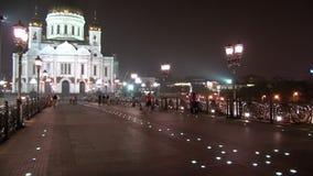 Οι άνθρωποι περπατούν στη γέφυρα τη νύχτα φιλμ μικρού μήκους