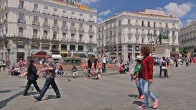 Οι άνθρωποι περπατούν στη Puerta del Sol πλατεία κοντά στην πηγή στη Μαδρίτη, Ισπανία απόθεμα βίντεο