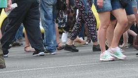 Οι άνθρωποι περπατούν στις οδούς φιλμ μικρού μήκους