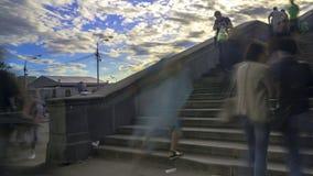 Οι άνθρωποι περπατούν τα σκαλοπάτια της γέφυρας πετρών, χρονικό σφάλμα απόθεμα βίντεο