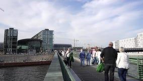 Οι άνθρωποι περπατούν Gustav Heinemann Bridge, ποταμός ξεφαντωμάτων, Βερολίνο, Γερμανία φιλμ μικρού μήκους