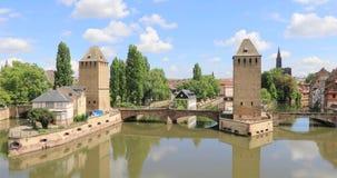 Οι άνθρωποι περπατούν Ponts Couverts στη γέφυρα στο Στρασβούργο, Γαλλία απόθεμα βίντεο