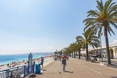 Οι άνθρωποι περπατούν Promenade des Anglais στη Νίκαια, Γαλλία Στοκ φωτογραφίες με δικαίωμα ελεύθερης χρήσης