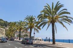Οι άνθρωποι περπατούν Promenade des Anglais στη Νίκαια, Γαλλία Στοκ Φωτογραφίες