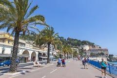 Οι άνθρωποι περπατούν Promenade des Anglais στη Νίκαια, Γαλλία Στοκ Εικόνα