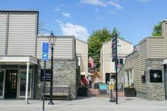 Οι άνθρωποι πηγαίνουν στο κατάστημα ενδυμάτων στις διακοπές σε Arrowtown Νέα Ζηλανδία Στοκ εικόνες με δικαίωμα ελεύθερης χρήσης