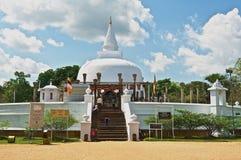 Οι άνθρωποι πηγαίνουν στο stupa Lankarama σε Anuradhapura, Σρι Λάνκα Στοκ Φωτογραφίες