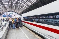 Οι άνθρωποι πιέζουν χρονικά στο intercity τραίνο στοκ φωτογραφίες
