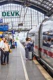 Οι άνθρωποι πιέζουν χρονικά στο intercity τραίνο στοκ φωτογραφία με δικαίωμα ελεύθερης χρήσης