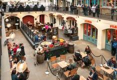 Οι άνθρωποι που απολαμβάνουν Paella στην αγορά της Apple κήπων Covent, είναι η μεγάλη έλξη για τα εστιατόρια, τα μπαρ, τους στάβλ Στοκ εικόνα με δικαίωμα ελεύθερης χρήσης