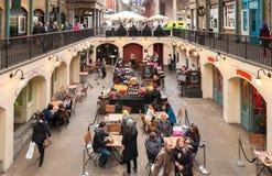 Οι άνθρωποι που απολαμβάνουν Paella στην αγορά της Apple κήπων Covent, είναι η μεγάλη έλξη για τα εστιατόρια, τα μπαρ, τους στάβλ Στοκ Εικόνες
