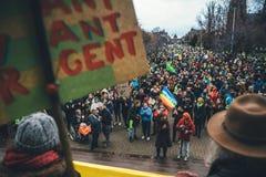 Οι άνθρωποι που βαδίζουν στο Marche χύνουν LE Climat στη Γαλλία μπροστά από το U στοκ εικόνα με δικαίωμα ελεύθερης χρήσης