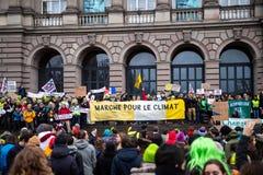 Οι άνθρωποι που βαδίζουν στο Marche χύνουν LE Climat στη Γαλλία μπροστά από το U στοκ φωτογραφία με δικαίωμα ελεύθερης χρήσης