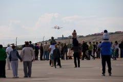 Οι άνθρωποι που εξετάζουν τα αεροσκάφη RadarNPP Ilyushin IL-114 παίρνουν Στοκ εικόνες με δικαίωμα ελεύθερης χρήσης