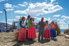 Οι άνθρωποι που ζουν στο νησί καλάμων της λίμνης Titicaca εισάγονται και λένε τις ιστορίες τουριστών για το πώς αυτοί που κάνουν  στοκ εικόνες με δικαίωμα ελεύθερης χρήσης