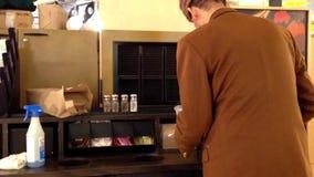 Οι άνθρωποι που κάθονται στον καφέ στεγάζουν τη Starbucks απόθεμα βίντεο