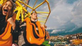 Οι άνθρωποι που κάθονται στον ουρανό πέφτουν έλξη πύργων το ελεύθερο φθινόπωρο κάτω σε Oktoberfest Βαυαρία απόθεμα βίντεο