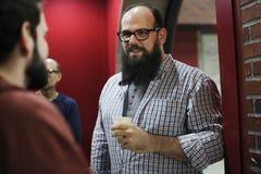 Οι άνθρωποι που μιλούν μαζί χαλαρώνουν στο διάδρομο κατά τη διάρκεια του χρόνου σπασιμάτων Στοκ Φωτογραφία