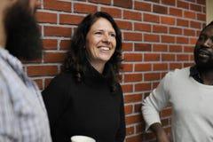 Οι άνθρωποι που μιλούν μαζί χαλαρώνουν στο διάδρομο κατά τη διάρκεια του χρόνου σπασιμάτων Στοκ Εικόνα