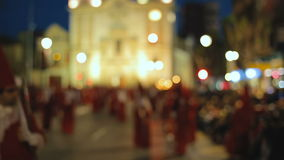 Οι άνθρωποι που ντύνονται στα παραδοσιακά κοστούμια συμμετέχουν ιερές πομπές εβδομάδας απόθεμα βίντεο