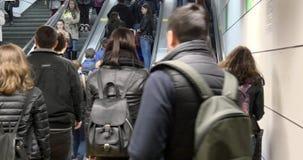 Οι άνθρωποι που ξυπνούν στην κίνηση του κλιμακοστάσιου στο υπόγειο μετρό σηράγγων για το σταθμό μετρό μεταφέρουν απόθεμα βίντεο