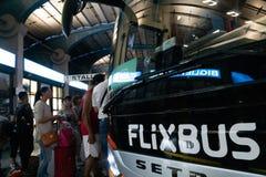 Οι άνθρωποι που παίρνουν σε ένα Flixbus μεταφέρουν στοκ εικόνες
