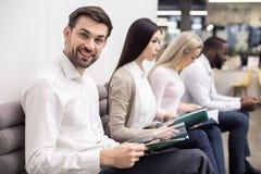 Οι άνθρωποι που περιμένουν την εργασία παίρνουν συνέντευξη από την έννοια Στοκ φωτογραφία με δικαίωμα ελεύθερης χρήσης