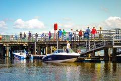 Οι άνθρωποι που περιμένουν τη βάρκα σκοντάφτουν τη θερινή ημέρα στη λίμνη Lomond, Luss, Σκωτία Στοκ Εικόνα