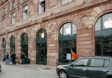 Οι άνθρωποι που περιμένουν το νέο iPhone προωθούν Στοκ Εικόνες