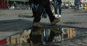 Οι άνθρωποι που περπατούν και που πέρασαν μια λακκούβα στο λιμάνι της Στοκχόλμης απόθεμα βίντεο