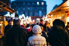 Οι άνθρωποι που περπατούν στην αγορά Χριστουγέννων η άποψη στοκ εικόνα