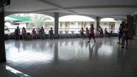 Οι άνθρωποι που περπατούν στο νοσοκομείο πιέζουν τις σκιαγραφίες μπαλκονιών φιλμ μικρού μήκους