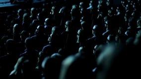 Οι άνθρωποι προσέχουν την τρισδιάστατη ταινία απόθεμα βίντεο