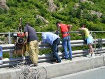 Οι άνθρωποι προσέχουν το άλμα bungee Στοκ φωτογραφία με δικαίωμα ελεύθερης χρήσης