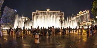 Οι άνθρωποι προσέχουν το διάσημο ξενοδοχείο του Μπελάτζιο   στο Λας Βέγκας Στοκ Φωτογραφία