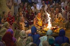 Οι άνθρωποι προσεύχονται στην τελετή στο ναό Krishna λαγών στοκ φωτογραφίες
