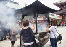 Οι άνθρωποι προσεύχονται στη λάρνακα Senso-senso-ji Στοκ Εικόνες