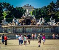 Οι άνθρωποι πρόκειται να πληρώσουν μια επίσκεψη στο κτήριο ορόσημων στην Ισπανία στοκ εικόνες