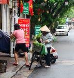 Οι άνθρωποι πωλούν τα λαχανικά στο Ανόι, Βιετνάμ Στοκ Εικόνες