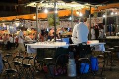 Οι άνθρωποι πωλούν τα τρόφιμα Στοκ εικόνα με δικαίωμα ελεύθερης χρήσης