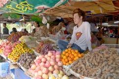 Οι άνθρωποι πωλούν τα τρόφιμα Στοκ Εικόνες