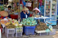 Οι άνθρωποι πωλούν τα τρόφιμα Στοκ Φωτογραφίες