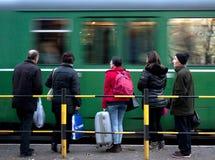 Οι άνθρωποι σε ένα τραμ σταματούν Στοκ Εικόνες