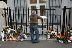 Οι άνθρωποι σε Βελιγράδι πληρώνουν το φόρο στα θύματα στο Παρίσι Στοκ εικόνες με δικαίωμα ελεύθερης χρήσης