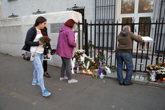 Οι άνθρωποι σε Βελιγράδι πληρώνουν το φόρο στα θύματα στο Παρίσι Στοκ Εικόνες