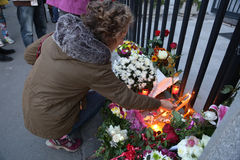 Οι άνθρωποι σε Βελιγράδι πληρώνουν το φόρο στα θύματα στο Παρίσι Στοκ Εικόνα