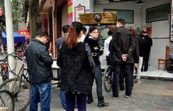 Pengzhou, Κίνα: Οι άνθρωποι περίμεναν στη σειρά σε ένα κατάστημα χασάπηδων Στοκ φωτογραφίες με δικαίωμα ελεύθερης χρήσης