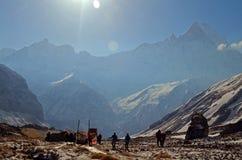 Οι άνθρωποι σε Annapurna βασίζουν το στρατόπεδο Τοπίο βουνών πρωινού στο Ιμαλάια Στοκ φωτογραφία με δικαίωμα ελεύθερης χρήσης